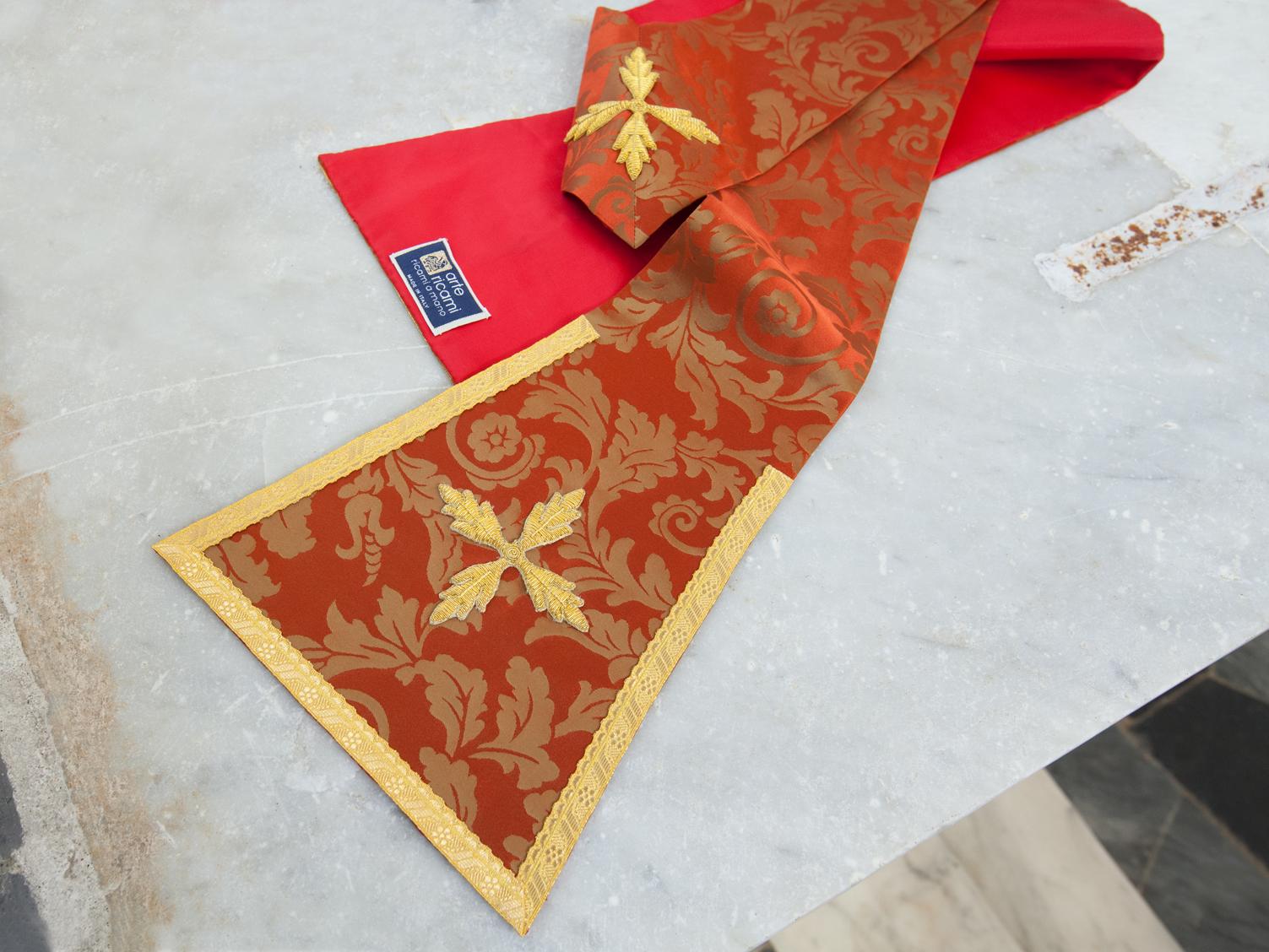 Stola rossa in seta damascata prete
