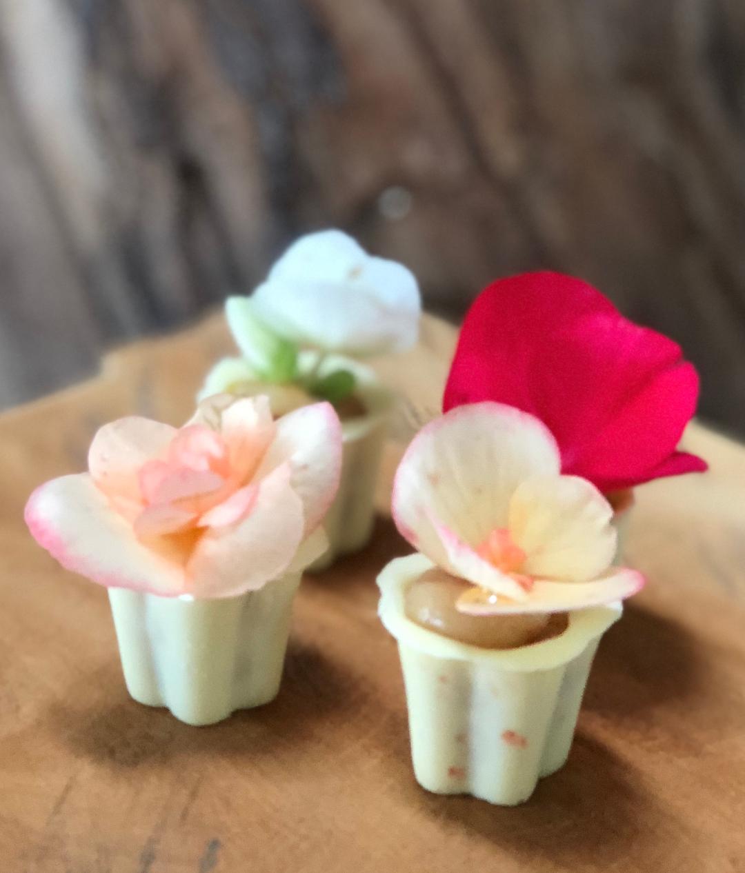 Vasinho de trufa e flor comestível