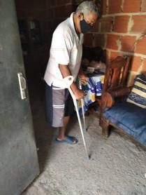 Adulto mayor con discapacidad con muletas