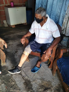 Persona mayor con prótesis