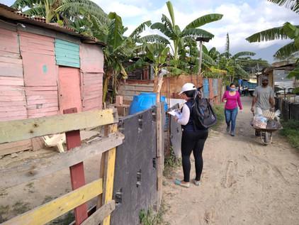 Especialistas realizando entrega de alimentos