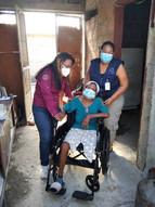 Adulto mayor recibiendo silla de ruedas