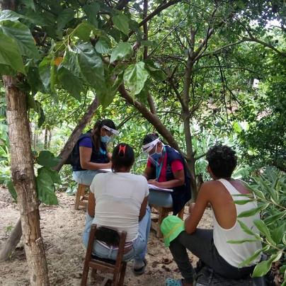 Trabajadores sociales realizando apoyo psicosocial