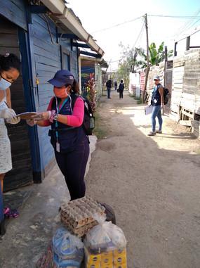 Especialistas entregando alimentos