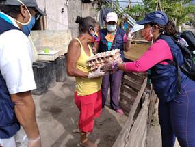 Población vulnerable recibiendo alimentos