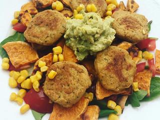 Falafel/kikärtsbiffar med sötpotatis och sallad