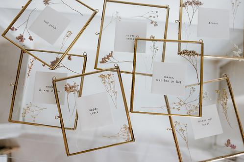Lijstje goud met droogbloempjes en tekst