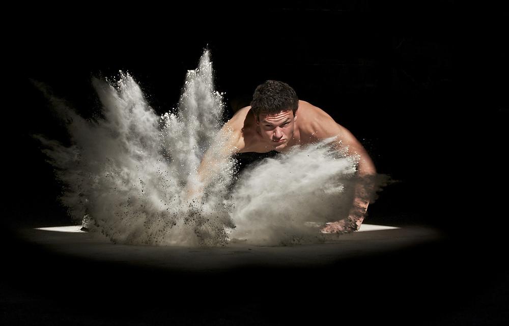 Kuvassa on mies, joka lyö maahan kädellä niin lujaa, että vaalea hiekka pölisee. Elämässä-blogin otsikko: MS-tauti ja taistelu sairautta vastaan