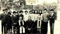 1969年朱義信牧師、鄔柏齡牧師及陳志忠主席與青年團合照