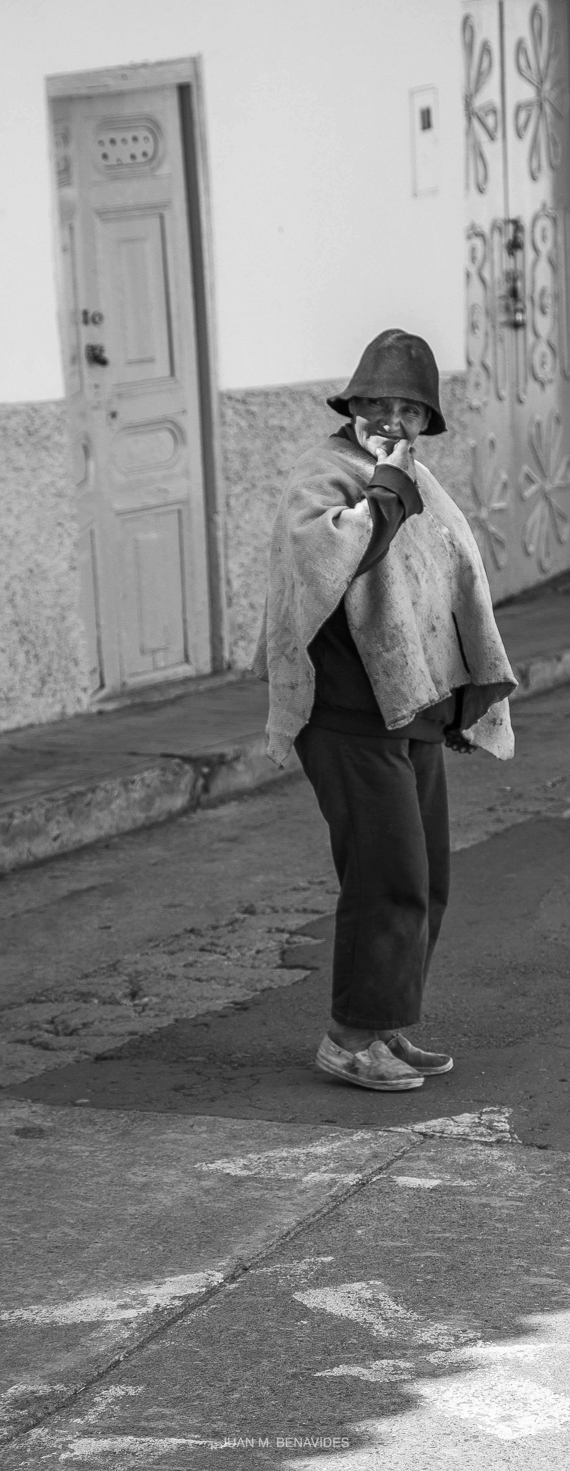 hombre en blanco y negro