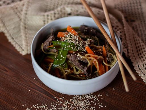 Nouilles chinoises aux légumes et au bœuf mariné