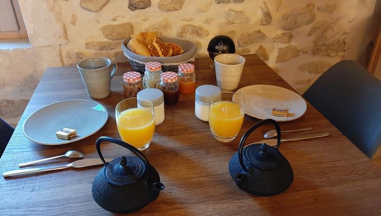 Petit déjeuner dressé sur la table dans la chambre