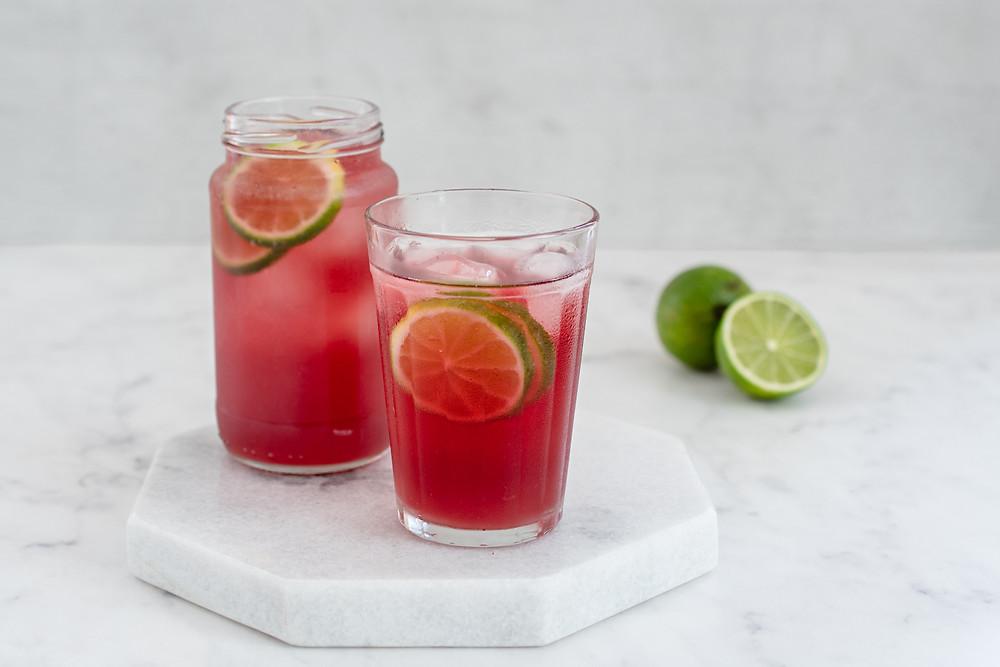Drink de gim com gengibre e chá de hibisco