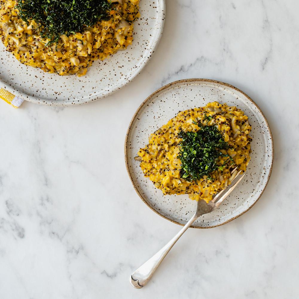 receita de quinoto de abóbora e cogumelos com couve crispy