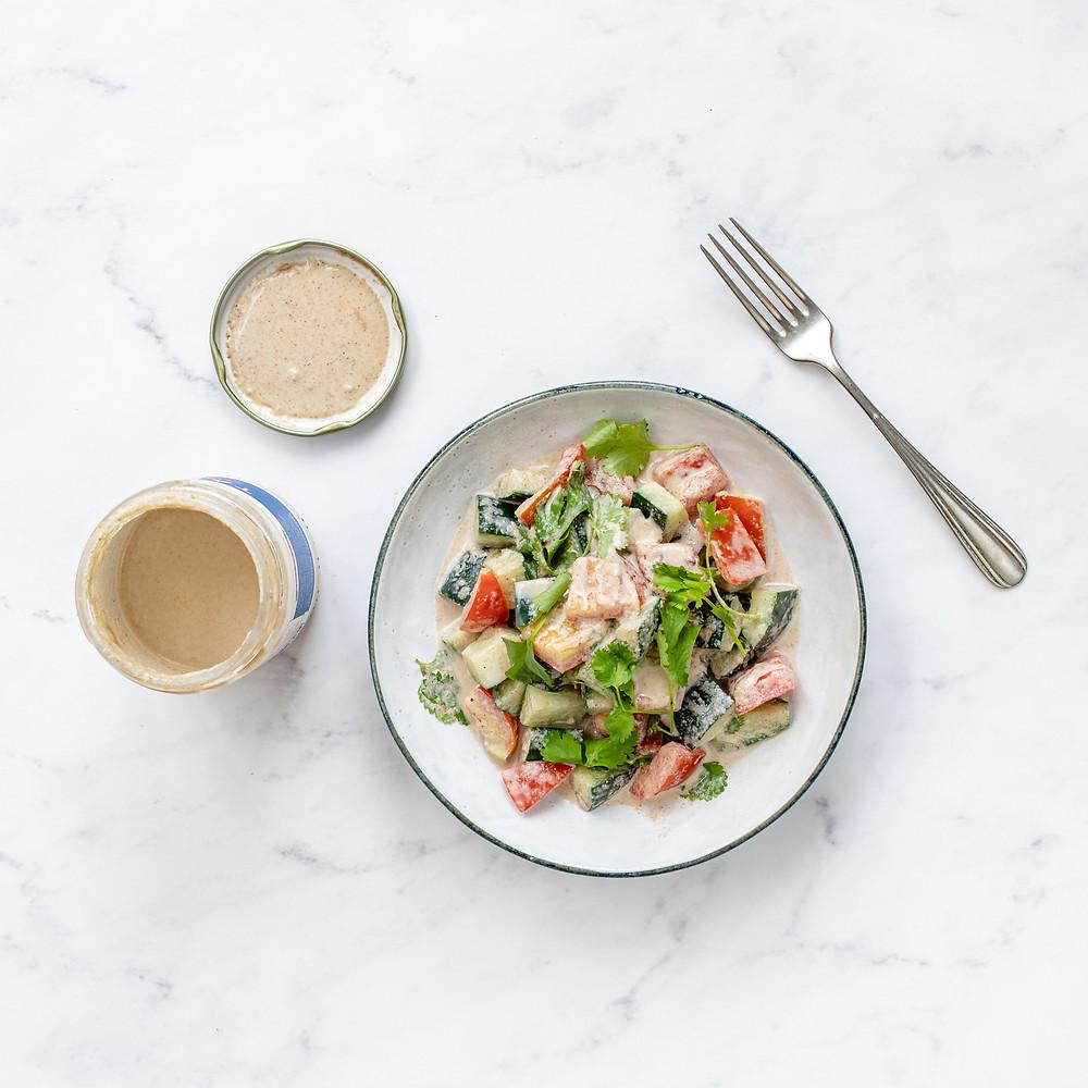 Salada com molho de tahine