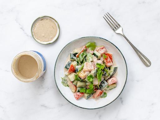 Salada de tomate e pepino com molho de tahine