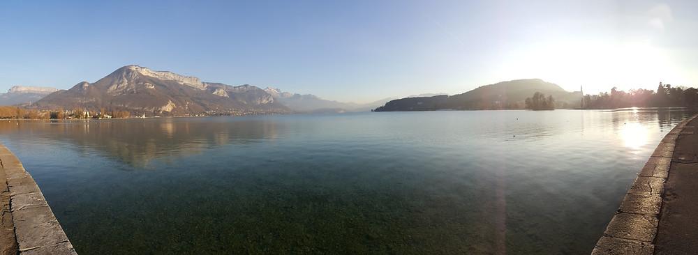 Lago em Annecy, França, nos arredores de Genebra.