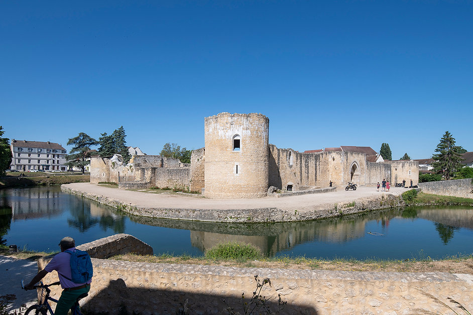 Le vieux château - premier point d'étape de Brie-Comte-Robert. Crédits photo : © Martin Argyroglo