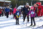 Barna venter spent i kø for å komme i mål og få medlje