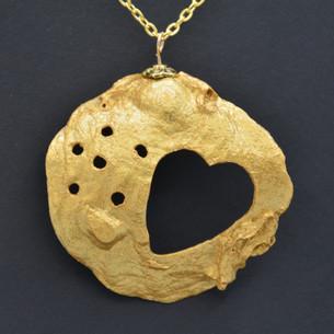 Un coeur en or accroché à votre cou