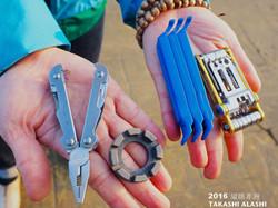 我的工具組:鉗子、輻條板手、挖胎棒、可打鏈的擇疊工具組,還有未入鏡的補胎片、膠水、內胎x6、粗布手套