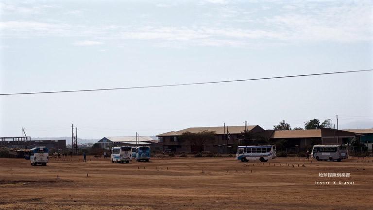 Bahir Dar 市郊的遊覽車駕訓班,很多駕駛在練習S彎道