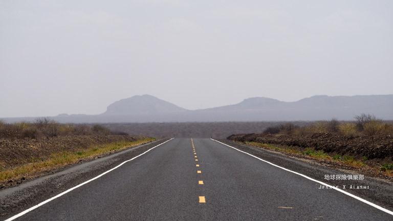 這條大馬路是剛修建好的,路況非常好,新到連Moyale那一段都還沒有標線,只剛鋪好柏油而已