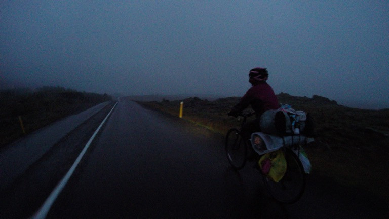 已經快天黑,離露營區還有好長一段,漫漫長路
