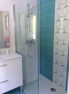 La salle d'eau et sa douche de la chambre du rez de chaussée