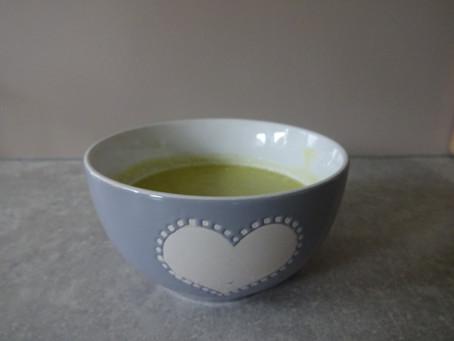 Aspergesoep van verse groene asperges