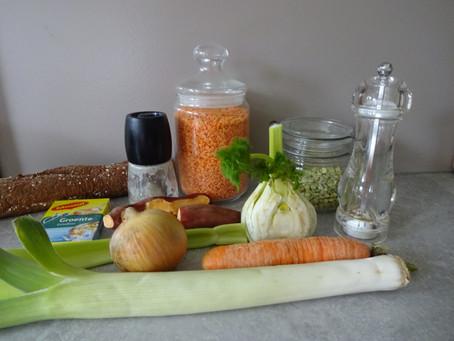 Zelfgemaakte vegetarische erwtensoep met rode linzen