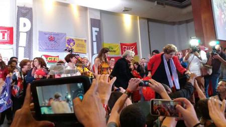 Não me entrego nunca, diz Dilma. Volta querida, responde plateia