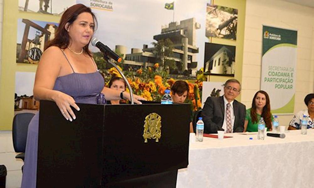 Emanuela Barros, nova presidente do Conselho Municipal dos Direitos da Mulher, discursa durante a posse nesta quinta-feira, dia 1. Foto: Caroline Gaspari