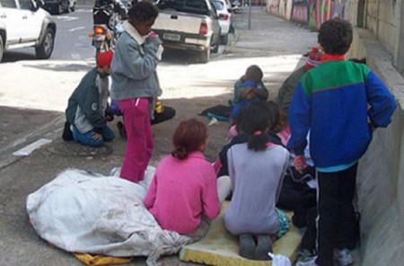 Trinta anos de ECA: crianças trabalham nas ruas para ajudar suas famílias