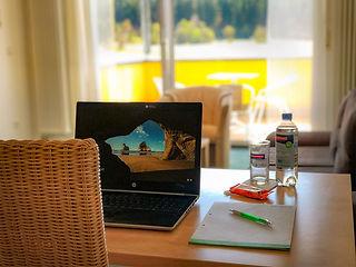Schreibtisch Blick zum Fenster_gross.jpg