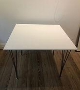 Arne jacobsen kvadratisk spisebord i hvi