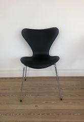 Arne_Jacobsen_7'er_stol_i_sort__læder.j