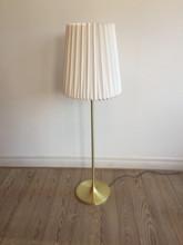 Standerlampe_i_messing_med_stor_Le_Klint