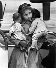 Joven refugiada Cubana con sus muñecas.