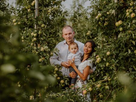 Rodzinna sesja w sadzie