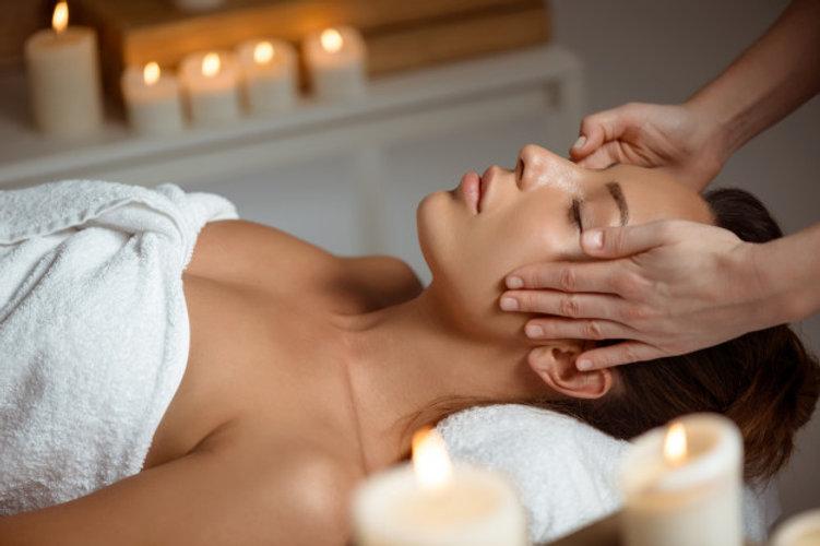 jeune-femme-ayant-massage-du-visage-rela