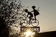 crianças brincando de biciclet