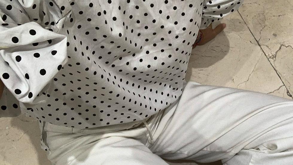 Camisa hombrera lunares blanca y negra