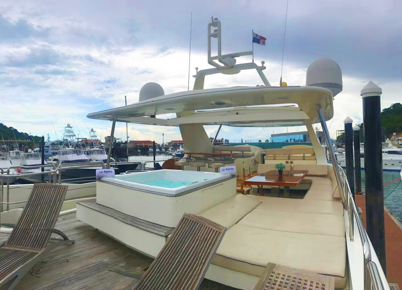jacuzzi on 105ft azimut boat rental in panama