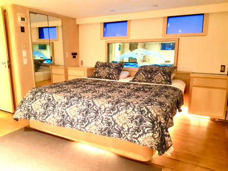 bedroom of 90ft broward yacht for charter in panama