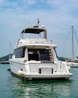 stern view exterior of 54ft carver boat rental in panama