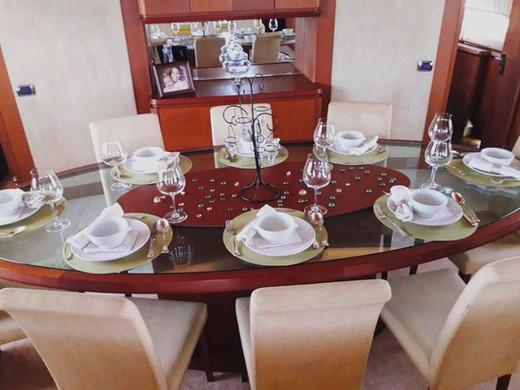 mesa de comedor de 105 pies de alquiler de barco azimut en panamá