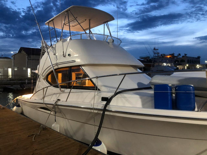side view of 33ft riviera boat for rental in panama