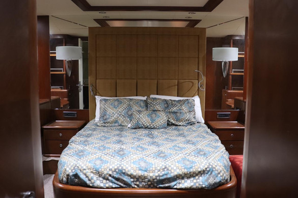 bedroom of 100ft azimut yacht charter in panama