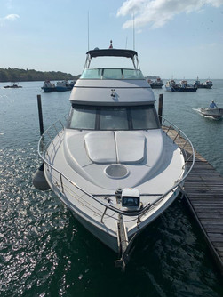 bow view of 54ft carver boat rental in panama